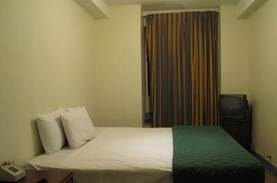 Habitación de hotel sucia y pequeña