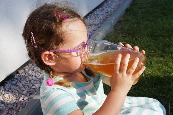 Zosia w okularach pije kompot ze słoika