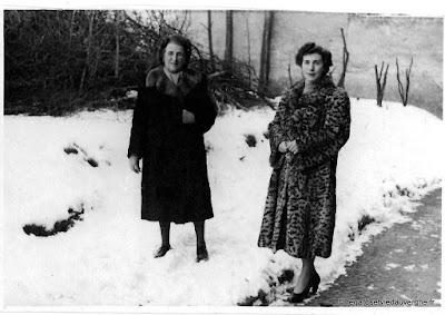 Photo de famille noir et blanc, femmes élégantes dans la neige.