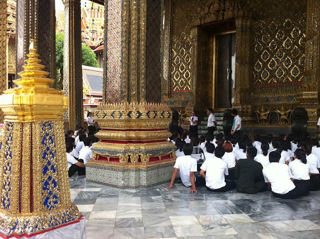 Una clase de colegio de visita al templo