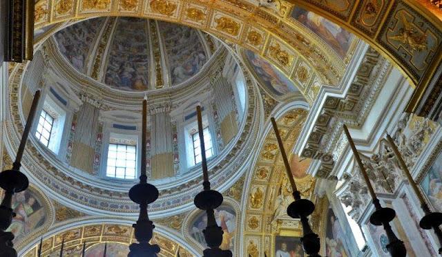 Decoración del interior y cúpula en Santa Maria Maggiore en Roma