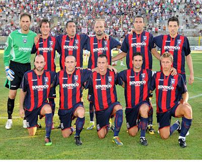 Sejarah FC Crotone     FC Crotone adalah sebuah klub sepak bola Italia yang berada di kota Crotone, Calabria. Tim dengan kostum warna merah dan biru ini memainkan pertandingan kandangnya di stadion Ezio Scida. Dibuka pada tahun 1946, sempat direnovasi beberapa kali dan memiliki kapasitas 9.547 kursi.Dalam daftar prestasinya Crotone berhasil meraih juara grup I di ajang Campionato Nazionale Dilettanti (Serie D) 1996-1997, juara grup B di Serie C1 1999-2000 dan mencapai final diajang Supercoppa Serie C.Klub Ini dibentuk pada tahun 1910 dengan nama S.S. Crotona meskipun beberapa sumber memasukkan data berdirinya klub pada tahun 1923. Pada tahun 1924 Crotona resmi bergabung dengan FIGC.SS Crotona merubah namanya menjadi Crotone pada 1927 dan berafiliasi kepada Direktorat Daerah di Calabria dan Basilicata. Pada periode 1927-1937 terjadi sengketa atas kejuaraan di daerah Calabria dan tidak diketahui kemungkinan keikutsertaan Crotone di turnamen tersebut.  Pada 1937 Crotone kembali bergabung ke FIGC dengan nama Società Sportiva Fascista Crotone, bermain di divisi utama daerah Calabria hingga 1940. Klub ini didirikan kembali pada tahun 1945, setelah perang dunia kedua, dengan nama US Crotone dan dipimpin Presiden Silvio Messinetti, bermain beberapa musim di Serie C. Pada musim 1946-47 Crotone mendatangkan pelatih