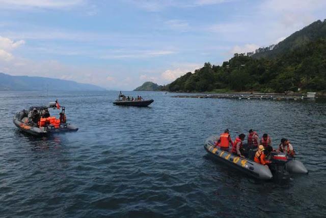 Tim gabungan melakukan pencarian korban KM Sinar Bangun yang tenggelam di Danau Toba.