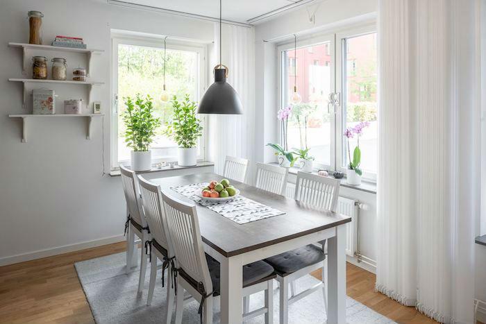 Cocina con mobiliario de madera oscura y encimera de madera. Frente de ladrillo tipo metro blanco (zona del comedor)