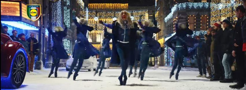 Modello e modella Lidl pubblicità Unconventional Xmas con ballerine vestite di blu con Foto - Testimonial Spot Pubblicitario Lidl 2016