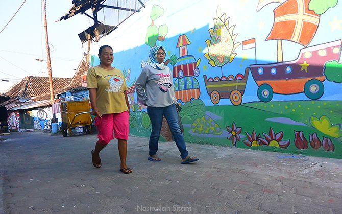 Menyapa warga setempat di Kampung Besi