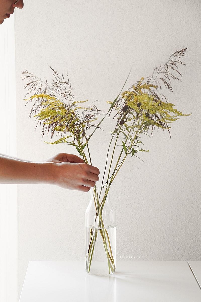 Spätsommerdeko Blumenstrauß mit Goldrute und Schilf arrangieren