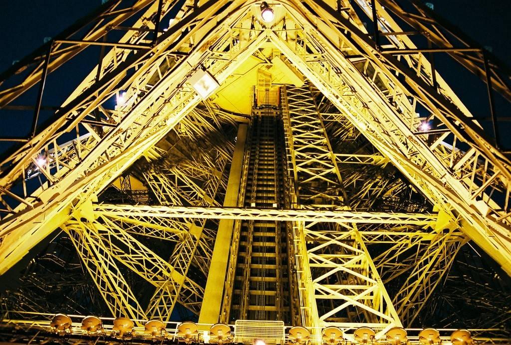 The Eiffel Tower: Different Perspectives ~ Kuriositas