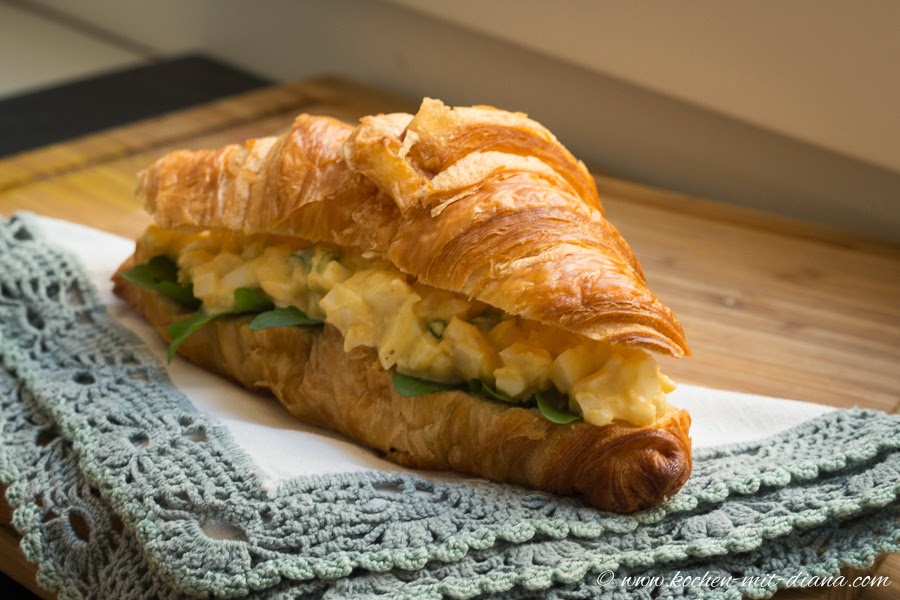 Croissant mit Eiercreme und Rukola