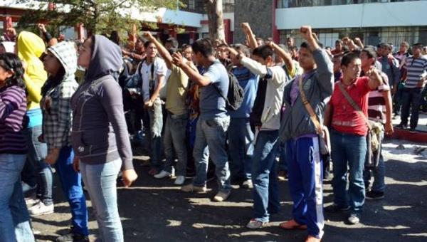 Libres 18 de los 48 normalistas detenidos en Michoacán, México