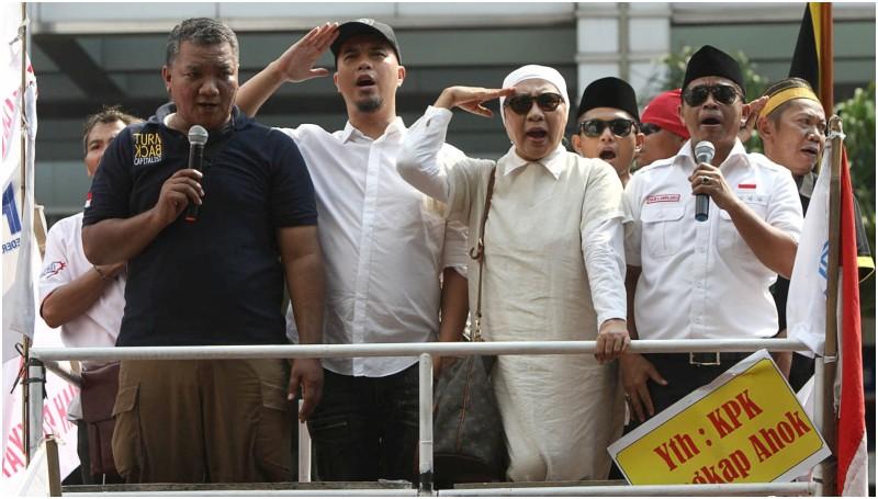 Ahmad Dhani dan aktivis Ratna Sarumpaet gelar aksi demonstrasi di seberang Gedung KPK