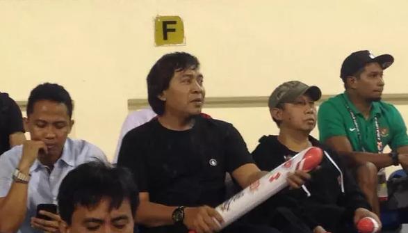 AGEN BOLA - Pelawak Komeng mendukung Timnas Indonesia U-22 melawan Vietnam pada SEA Games 2017
