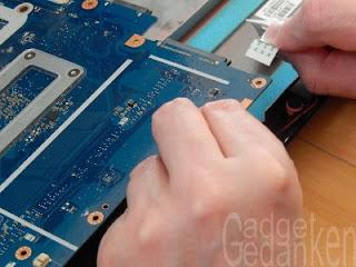 Schritt 16: Nicht vergessen das Kabel für die linksseitigen USB Ports und die Lautsprecher zu lösen