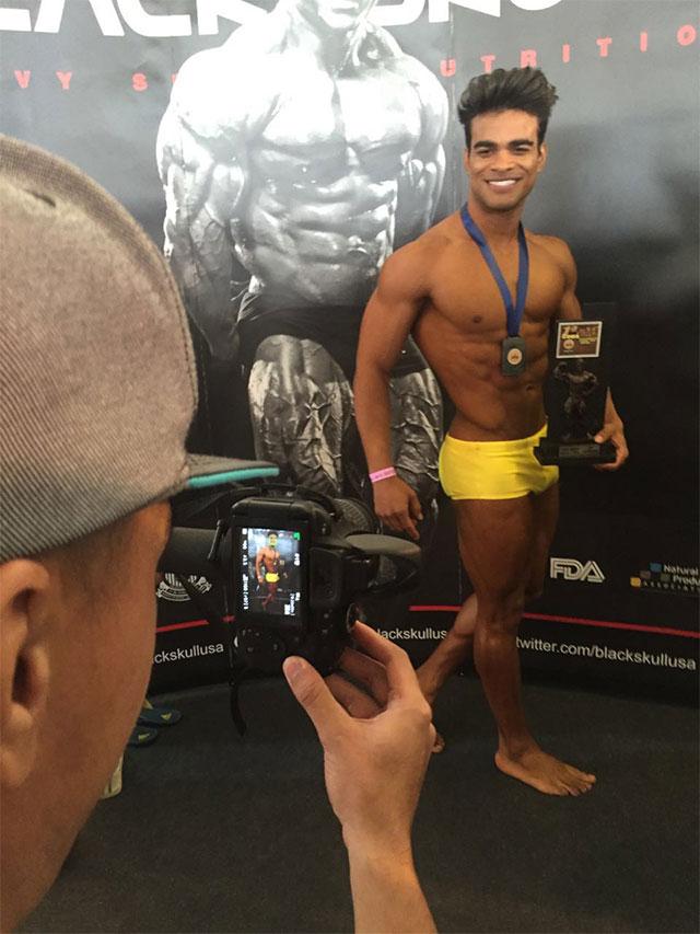 Danilo Lobo posa para foto com o troféu. Foto: Alan Chaves/Juliano Mendes Assessoria