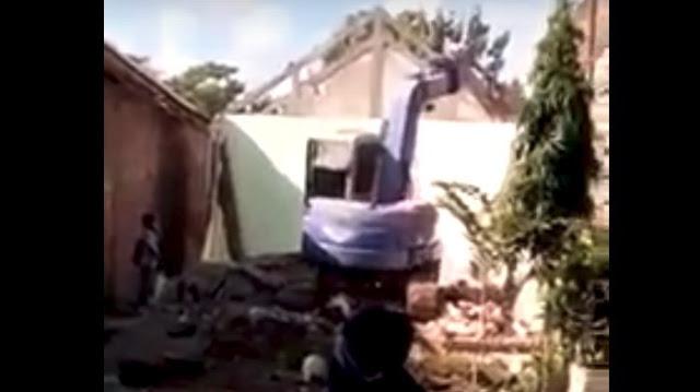 Diceraikan Istri dari Luar Negeri, Pria di Tulungagung Kirim Buldoser Hancurkan Rumahnya Sendiri