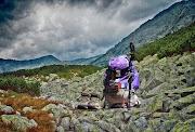 17 Perlengkapan Wajib Saat Naik Gunung