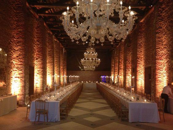 Mesas imperiales y grandes lámparas que cuelgan de altos techos - Foto: Pinterest