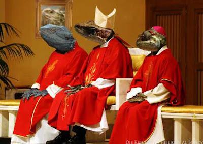 Bischöfe in rotem Gewand und Reptilien Köpfen