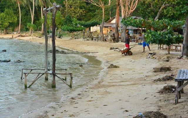 Penjaga pantai membersihkan sampah di pantai Annora Karimunjawa