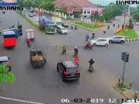 Video Detik-detik Truk Tronton Senggol Tiang Traffic Light di Semarang, 1 Orang Alami Luka Ringan