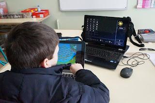 Imagem de um aluno c/nee a trabalhar com táblete e PC