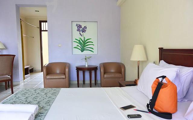 Kamar cukup minimalis dengan lukisan terpajang di dinding