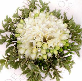 menyasszonyi csokor fehér fréziából gyöngyökkel, zölddel körbevéve