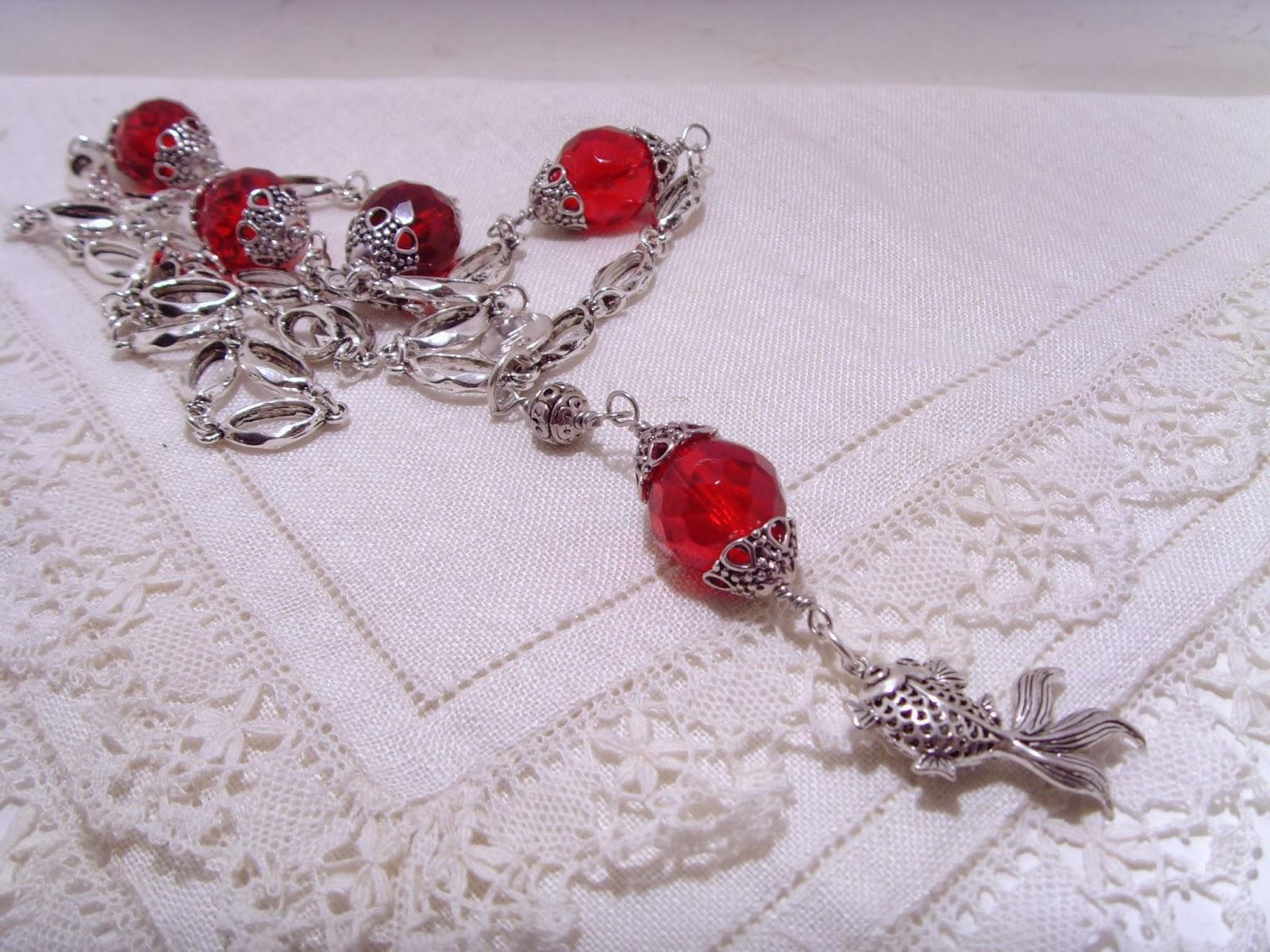 Långa halsband. Stora facetterade röda glaspärlor med en vacker kedja.  Antiksilverfärg. ea2e0f4565bb9