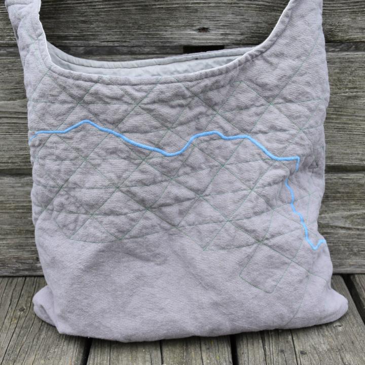 Tasche mit aufgesticktem Donau-Verlauf; Donauweibchen trifft Poseidon