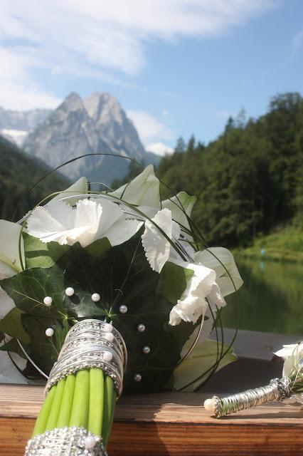 Brautstrauß aus weißen Hortensien von Passiflori Penzberg - Vier Hochzeiten und eine Traumreise - Vox - im Riessersee Hotel Garmisch-Partenkirchen mit viel Glitzer und weißen Calla - #4HochzeitenundeineTraumreise #Riessersee #Garmisch #HochzeitinGarmisch #Glitzer #Glimmer #Calla #HochzeitinBayern