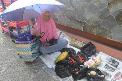 nenek berjualan di jalan