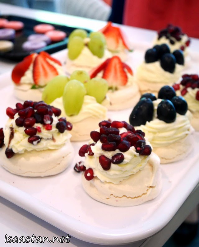 Pavlova with fruit toppings