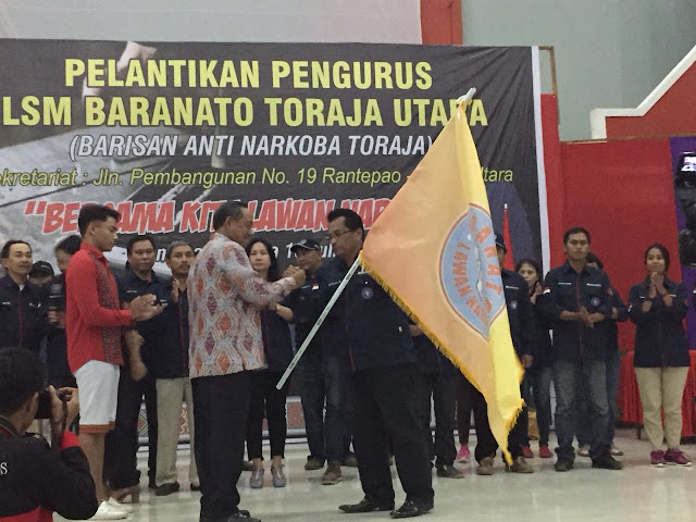 Terima Pataka dari Bupati Torut, Tandai Pelantikan LSM Baranato di Toraja