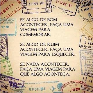 Foto de uma folha de passaporte, carimbada com inúmeros vistos para diversos países. Sobre ela lê-se: Se algo de bom acontecer, faça uma viagem para comemorar. Se algo de ruim acontecer, faça uma viagem para esquecer. Se nada acontecer, faça uma viagem para que algo aconteça.