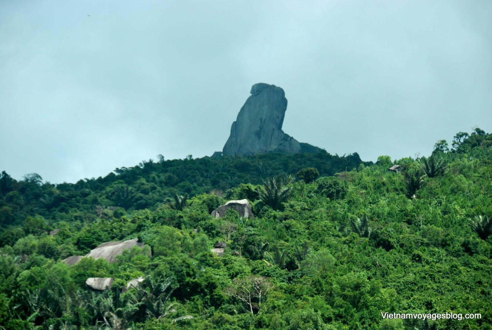 Thắng cảnh núi đá Bia trên đỉnh Đèo Cả - Phú Yên