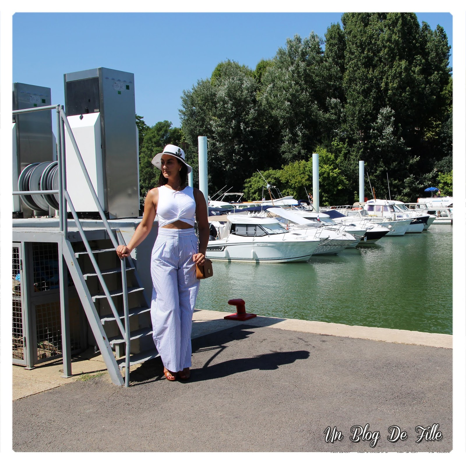 http://www.unblogdefille.fr/2018/08/look-pantalon-large-raye-et-crop-top.html