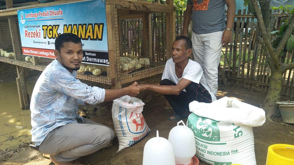 LPD Serahkan Bantuan Bibit Ayam kepada Tgk. Adnan penyandang Disabilitas