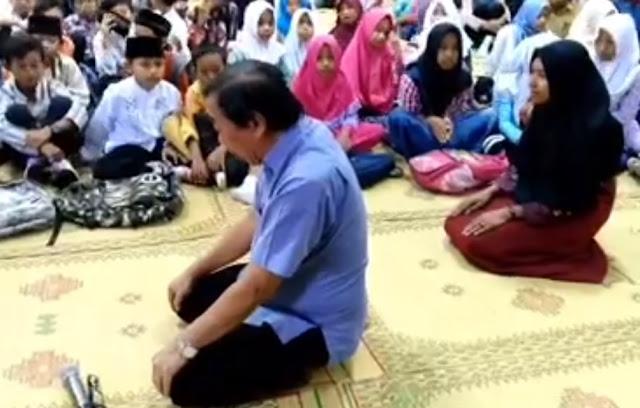 Heboh! Beredar Video Seorang Pria Mengajarkan Anak-anak Salat Berbahasa Indonesia