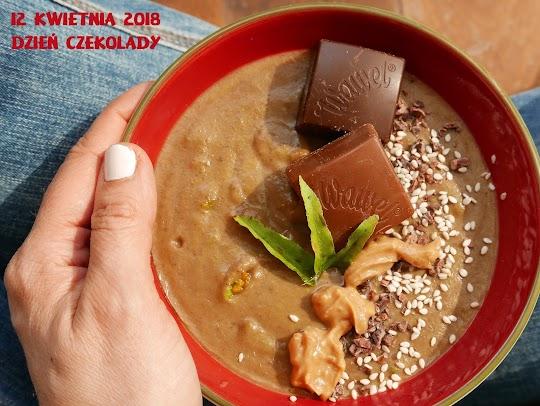Czekoladowe smoothie bowl z batata i zielonego groszku