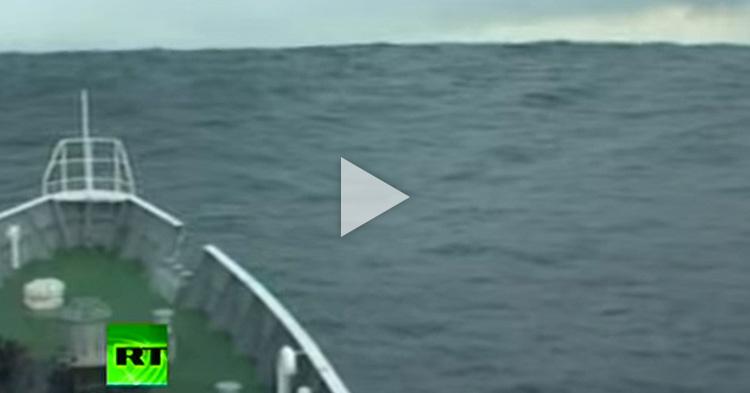 Malalaking tsunami waves na sinalubong ng barko, nakuhanan ng video