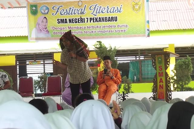 Kak Agus DS sedang mendongeng di hadapan Siswa SMA Negeri 7 Pekanbaru