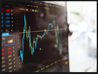 chart saham di laptop dan cahaya