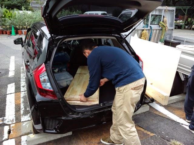 ホンダのレンタカー「ホンダスマートレンタル」を利用して、重たい木材を運搬している模様です。