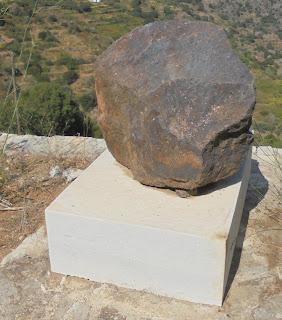 Το μνημείο της σμύριδας στον Κόρωνο Νάξου