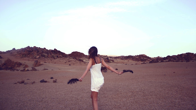 Wallpaper: Model Girl Desert Feathers