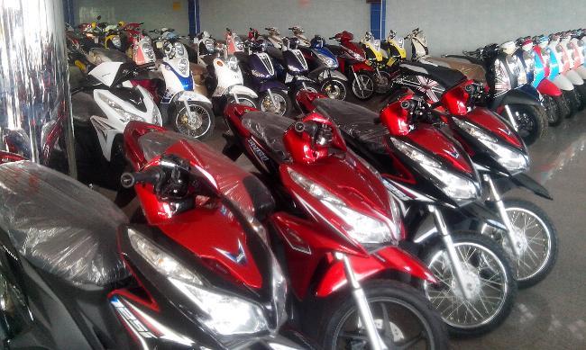 Много скутеров на стоянке