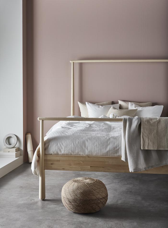 Dormitorio con cabecero en rosa, beige, efecto maquillaje con cama de madera