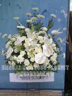 rangkaian bunga standing flower  ucapan turut berduka cita