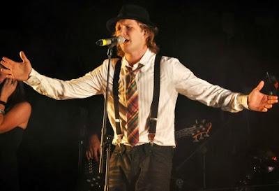 Foto de Alexander Acha cantando en concierto