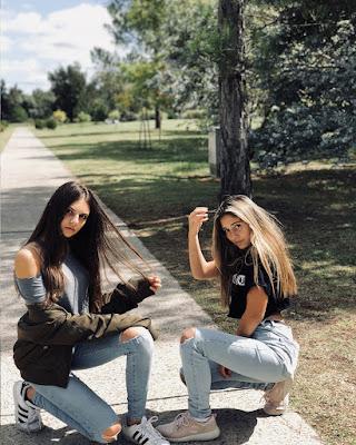pose de amigas sentadas en la calle tumblr